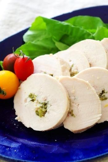 常備菜に「鶏ハム」もおすすめです。材料もシンプルで、こちらも簡単に作れるんですよ。無添加で安心のハムがいただるところも魅力です。使い道もさまざま。例えば、サラダに添えてみても。晩酌のおつまみにももってこいです。お好みで黒コショウやハーブなどを加え、風味を楽しんでみても。オリジナルのハムを作りましょう♪