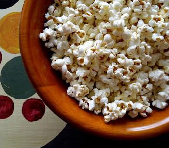 お塩で味付けするだけの定番ポップコーンは、シンプルで飽きのこない美味しさ!お家で映画鑑賞♪なんて時に作ってみてはいかがでしょうか!