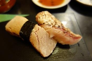 写真はトロとノドグロの炙り。どちらも寿司好き垂涎のネタ、二巻揃ってのお目見えに高ぶる気持ちを抑えつつ口に運ぶと、とろける舌触り。お口がなんとも言えぬ幸せに包まれます。 脂のノリを香ばしく炙ることでうっとりするような味わいに。