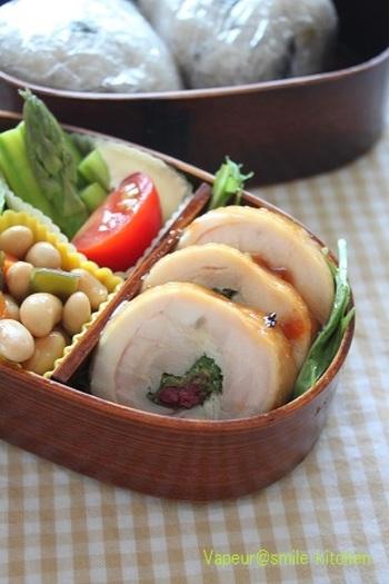 大場やしそなどを入れた彩り綺麗なチキンロール。お弁当に添えれば、華やかに。美味しく栄養が摂れるところも魅力です。自分の好きなものを一緒に巻いてみるのも良いですね。