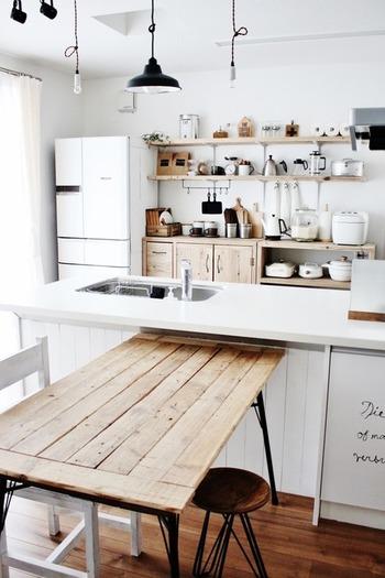 生活感のないキッチンを叶えるためのポイントは、「統一感」と「目隠し」です。できるだけ余計なものを置かずに、見せるべきところはしっかりこだわる。できる範囲で心地よく過ごすための、素敵なアイディアをご紹介します。