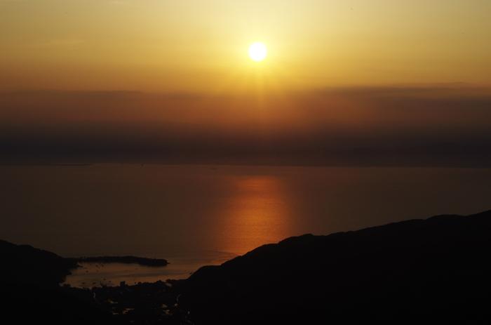 西伊豆スカイラインから見える、戸田沖。マジックアワーならではの、空と海の景色。