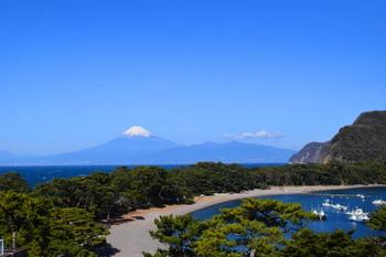 沼津市の遠洋漁業の基地、戸田港。  富士山が望める絶好のビューポイントとしても有名。