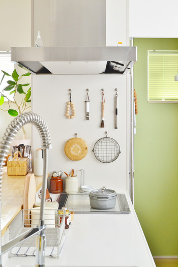 使用頻度の高いキッチンツールは、サッと手に取りやすい位置をキープ。ディスプレイを意識して、行儀よく並べると美しいですね。