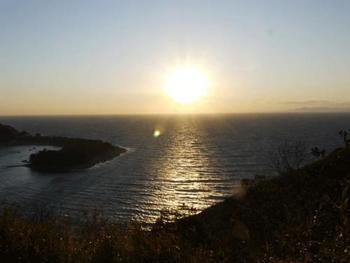 夕映えの丘から望む駿河湾。マジックアワーの一時。