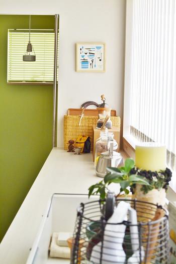 シンプルなキッチンに物足りなさを感じた時は、壁の一面だけ色を変える「アクセントクロス」がおすすめ。印象をガラリと変えられますよ。