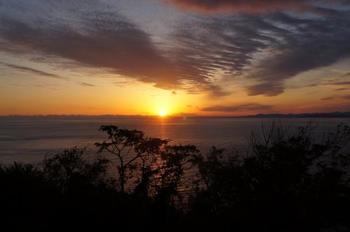 空が燃えるように輝く、日没からマジックアワーの一時。  出逢った人と、大切な一時を。