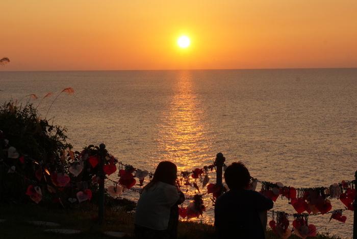 """""""恋人岬""""は、西伊豆のデートスポット。  太陽が水平線の彼方に沈み、残照に照らされる景色は、きっと二人にとって忘れられない光景になるはず。"""
