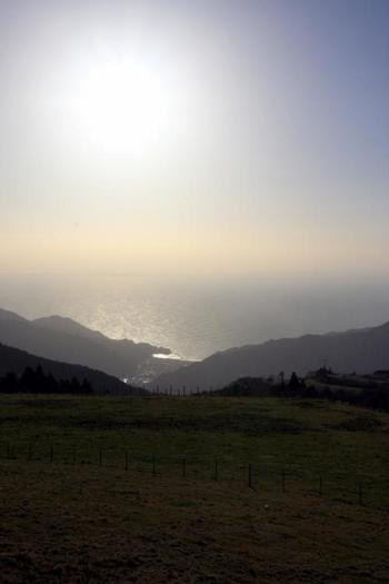 西天城高原展望台から程近い「仁科峠」から望む、マジックアワー時の駿河湾の眺め。