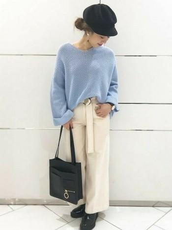 きれいなブルーのニットを引き立たせるカラーは、上品なホワイト。キャスケットやバッグなど小物を黒で統一して、コーデ全身を引きしめて。