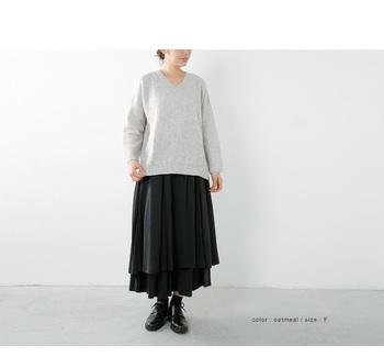 ボリュームのあるフレアスカートも、ざっくり感のあるオーバーサイズのニットなら、バランスよく上下をなじませてくれます。