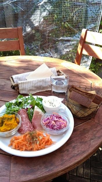 野菜たっぷりのデリプレートやオーガニックドリンクなど、女性に嬉しいメニューが揃います♪