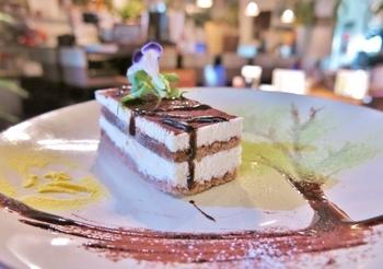 ケーキを頼むと、お皿に可愛いアートが♪ほっとひと息つきたい時におすすめです。