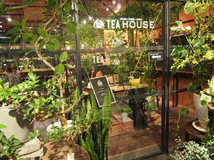 言わずと知れた人気フラワーショップ「青山フラワーマーケット」のカフェ「TEA HOUSE」。青山本店のほか、赤坂・吉祥寺にも展開されています。