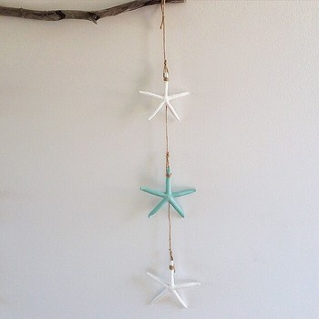 こちらは、縦に吊るすタイプ。  優しい色と華奢なラインが可愛いスターフィッシュ。  お部屋に表情を添えてくれます。