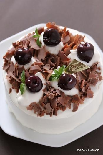 チョコレートケーキのデコレーションといえば、クルリとカールした削りチョコレートも定番。トップやサイドにたっぷりまぶせば、時間がない時にも手軽にケーキの仕上げができます。