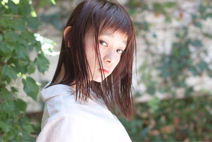 ナチュラルな不揃い前髪は、ほっこり落ち着いたナチュラルな洋服に似合います。明るめヘアカラーは表情が明るく見えて元気な雰囲気になれそうです♪