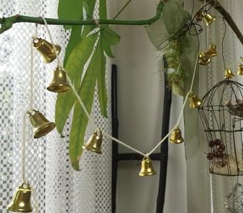 """小さな金色のベルをたくさんつけたガーランドを窓辺に。  窓の開け閉めや、風が吹くたびに鳴る""""チリン♪""""という小さな音を楽しみたいですね。"""