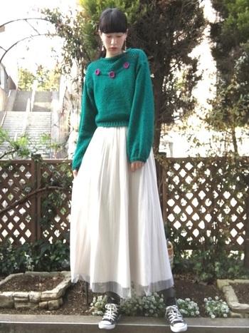 ボリューミーな白のロングスカートをキュッと足元で引き締めるのもグレータイツ。ここはブラックを選ばない方が正解。