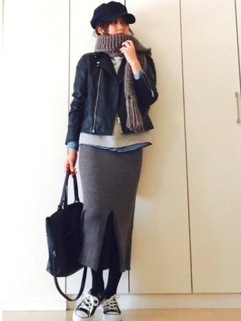 今シーズン大注目だったのが、ニット素材のタイトスカート。一見、女っぽさが強いアイテムのように見えますが、実はスニーカーとの相性も抜群なんです。