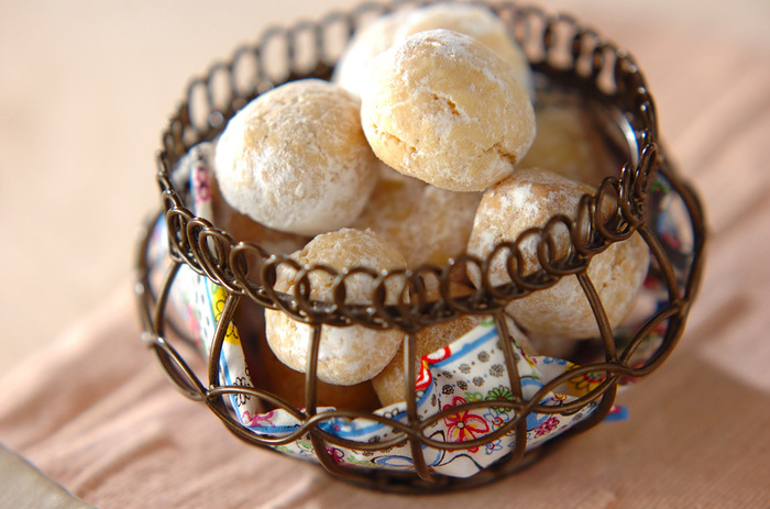 丸いクッキーが、お口の中でホロホロくずれる軽い食感が楽しい♪ 軽い口当たりで、食べ過ぎちゃいそう。