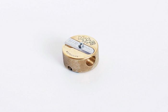 キラキラとマットな輝きを放つこちらは、なんとも贅沢な真鍮の鉛筆削り。ドイツの文具メーカー、メビウス+ルパート(M+R)社製のもの。