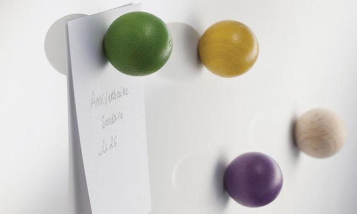 tout simplementというフランスのブランドのマグネットは、他にはなかなかない木製の球体。シンプルな紙で書いたメモにころんとしたマグネットの存在感が、なんとも言えないキュートさを生み出しています。