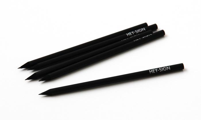 「HEY-SIGN」はドイツデザインのインテリア雑貨ブランド。ブランドロゴだけが入った真っ黒な鉛筆です。 ありそうでなかったこのデザインは、男女問わず大人っぽさを醸し出しながら使える、シンプルな強さがカッコイイ一本ですね。