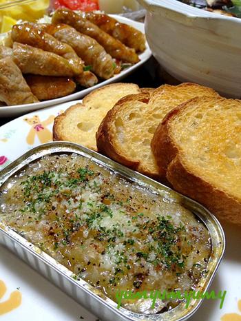 缶詰に玉葱とにんにくの微塵切りを加えて焼いて、チーズやレモン、パセリをかければバケットによく合うおつまみに変身。