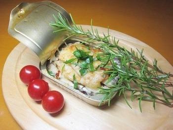 ローズマリーや輪切りの唐辛子などを乗せて、缶ごとオーブントースターでチンするだけ!おしゃれなおつまみが簡単に作れます。ローズマリーの風味で、ちょっぴりお洒落な仕上がりに。