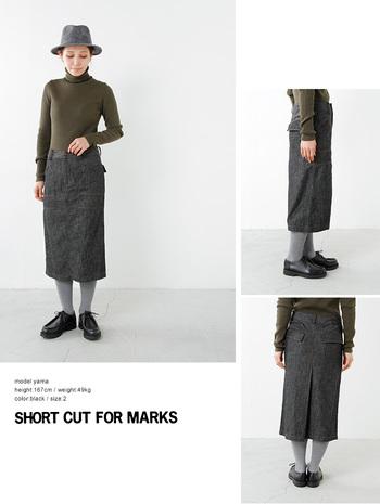 やや長めのグレーのタイトスカート。足元も同系色で揃えれば、すっきりスマートに見えます。女性らしさとこなれ感が同居する絶妙なバランスに注目。