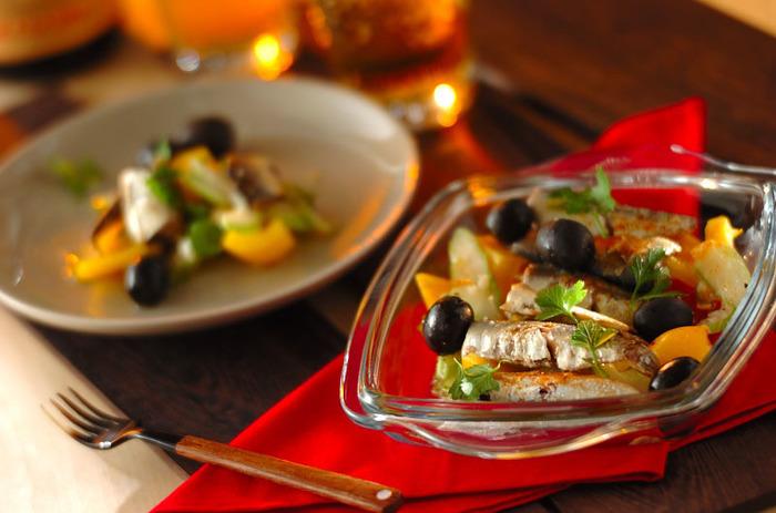 野菜を細かく切って、レモン汁・すりおろしたニンニク・塩コショウでささっと味付けをして黒オリーブをトッピング。とってもお手軽なスペイン風おつまみのできあがりです。