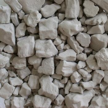"""わらびもちは、""""わらび粉""""という粉を使って作りますが、粉にも種類がありますので原材料を参考にお好みのものを選んでみましょう。わらびの根だけを使った粉で作ると、黒っぽいわらびもちになります。"""