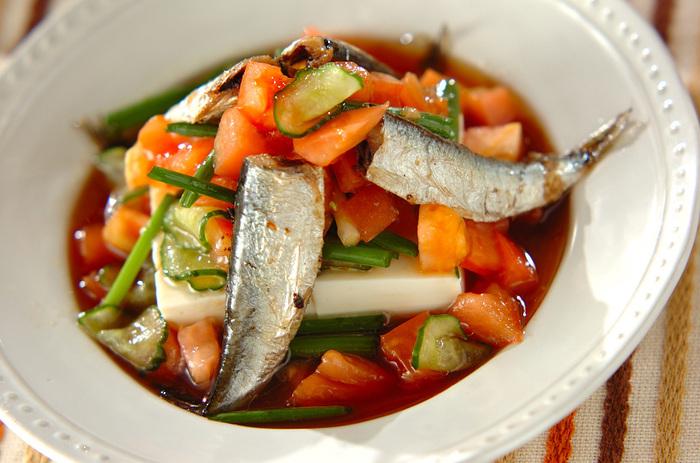 トマトときゅうりを使ったオイルサーディンのサラダ。定番の野菜もオイルサーディンと組み合わせれば、いつもと違う楽しみ方ができます。ちょっぴり手のこんだおしゃれなサラダが出来上がります。