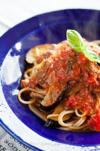 フレッシュトマトを煮詰めたソースがおいしいパスタ。トマトとナスの組み合わせはオイルサーディンと相性バッチリです。