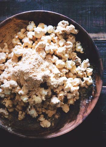 黒蜜ときな粉をたっぷりと使った、まるで和菓子みたいなポップコーン。お好みで塩を少し加えても美味!