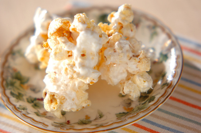ヌガーのようなネッチリとした食感がポイントのマシュマロポップコーン。お口に入れると優し甘さが広がります。
