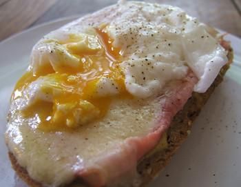 ゆで卵や野菜をはさんだりとアレンジも色々!上面に目玉焼きを盛り付けたものはクロックマダム (croque-madame) とも呼ばれています。