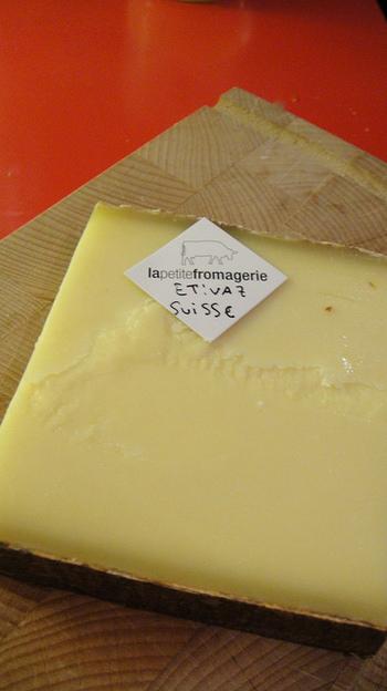 クロックムッシュに欠かせないのがグリュイエールチーズやエメンタールチーズ。チーズフォンデュやラクレットによく使われる他、キッシュ、オニオングラタンスープなど調理用としてもよく用いられています。コクはやや劣りますが、ピザ用のミックスチーズでも充分代用が可能ですので、お手軽に作ることが出来ます。