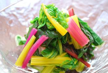 軽く茹でたスイスチャードを水切りし、お好みのドレッシングをかけて。カラフルで華やかな温野菜サラダです。