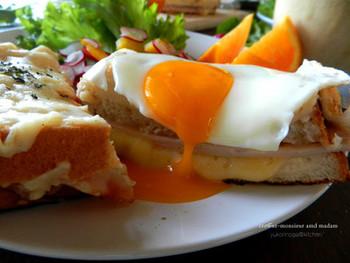 ホワイトソースを電子レンジでお手軽に!トロトロ半熟の目玉焼きをのせて…朝食にもぴったりですね。朝からテンションも上がりそう!