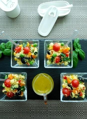見た目も美しい、野菜たっぷり11種類も使ったおもてなしにもぴったりなサラダレシピです。パルミジャーノチーズが入ったドレッシングはほかにも応用できそう!