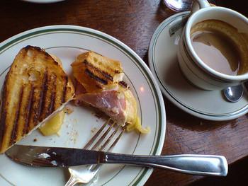 見た目にもお洒落なクロックムッシュ。ホークとナイフを使ってカットしながら食べれば、カフェでで頂く朝食みたい!