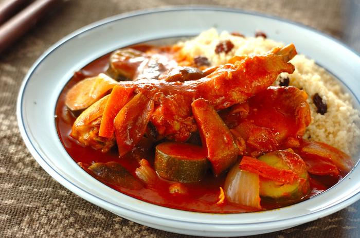 スパイシーな鶏肉のトマト煮込みとクスクスの相性は抜群です。ソースに絡めてクスクスの触感と共に楽しんでみてはいかがですか?