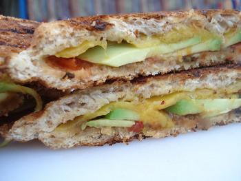 あらかじめ野菜も一緒にパンに挟めば、栄養面も、お手軽さも両方UPで一石二鳥ですね!