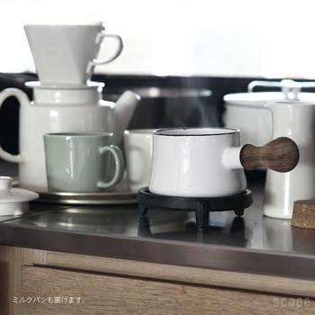 お料理を慌ただしくしていると、コンロからおろしたばかりの熱々のお鍋をちょっとどこかに置きたい!ということ、ありますよね。そんな時は木製や布製よりも、鉄製の鍋敷きは安心です。