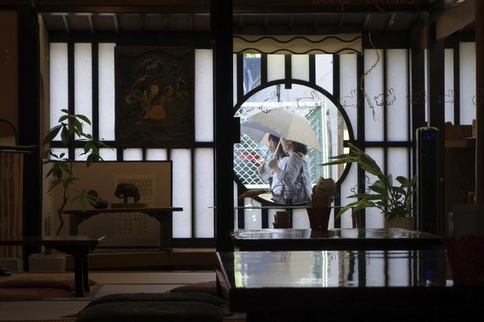 近は奈良県奈良市の中心市街地の南のレトロな町並みの残る地域は「ならまち」と呼ばれ、たくさん素敵なお店ができてきています。細い路地をぐるぐるお散歩しながらお店を見つけたり、懐かしい景色にふれたりと楽しみ人々が増えています。 そんな注目されつつある奈良のおすすめカフェをご紹介します。