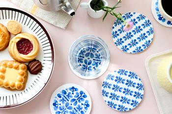 スウェーデンのデザイナー、Stig Lindberg(スティグ・リンドベリ)による「BLUES」というデザインのコースターです。オプトデザイン社が復刻版として販売しています。青と白のコントラストがとってもきれいで、思わずグラスを乗せたくなるコースターですね♪同じデザインでメラミン製のカップ・ソーサー・トレイなどもありますよ。