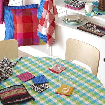 布のコースターは気軽に洗えて長く使えるのが魅力ですね。こちらの明るいカラーのファブリックは、スイスの染料を使ったコットン製。スリランカの女性たちによる手織りのコースターです。ぱっとテーブルが華やかになりますね♪