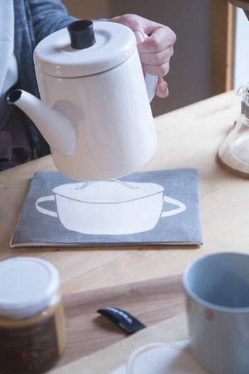 こちらも北欧のデザインブランド「KORPI&GORDON (コルピ&ゴードン)」のポットマットです。薄手なので鍋つかみとしても使うことができますよ。ホワイト×グレーの落ち着いたカラーでお鍋のイラストが描かれていて、シンプルだけれどおしゃれなアイテムとなっています。
